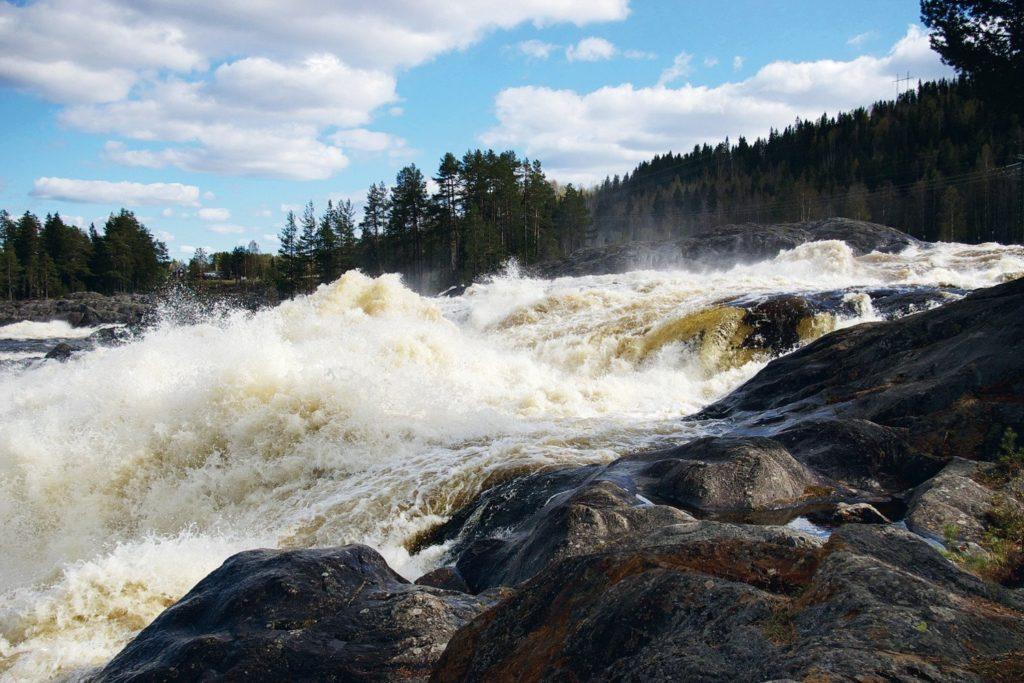 Rinnande vatten har alltid varit av betydelse för människor. Inte nog med att vi till största delen består av vatten och en gång utvecklades ur vatten. Under hela vår samhällsutveckling från de första människornas ankomst till Sverige och till idag har rinnande vatten varit centralt och viktigt.