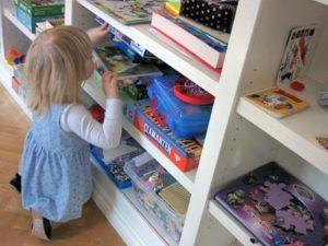Reportage Flicka vid leksaker