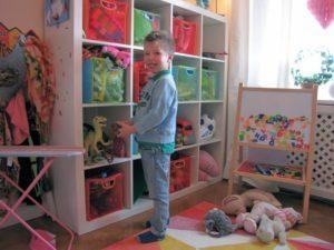 Reportage Pojke står vid leksaker