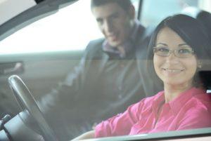 reportage tjej och kille kör bil