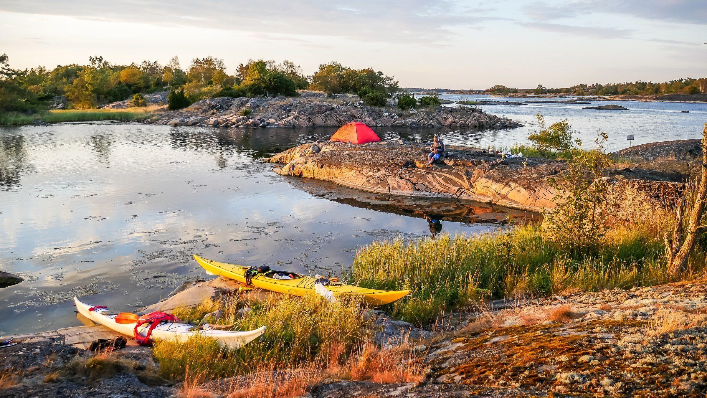 Ett tält och kajaker i den svenska skärgården